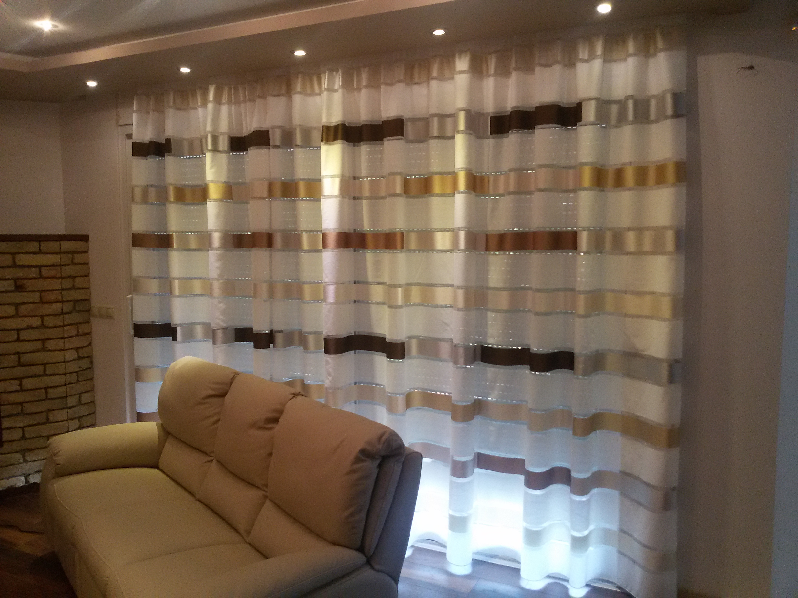 Csíkos fényáteresztő függöny, modern függöny
