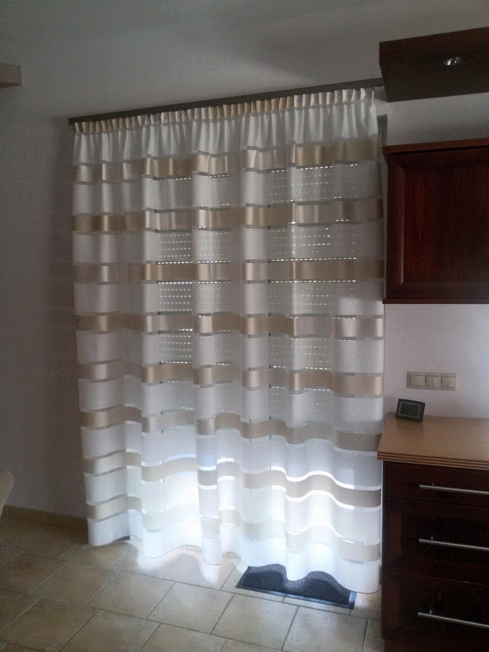 Csíkos modern fényáteresztő függöny, modern konyhai függöny